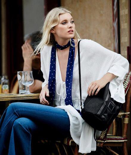 Là phụ nữ, ai cũng sẽ yêu khăn lụa nữ tính vắt vai