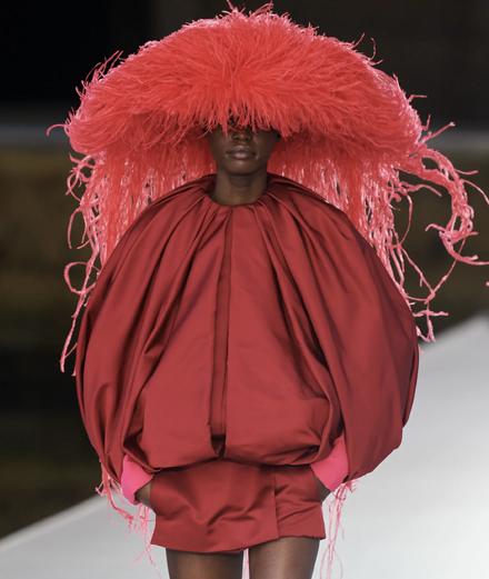 Valentino Haute Couture Thu Đông 2021: Sự bùng nổ của sắc màu
